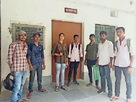 पंजीयन भरने को लेकर आरएस कॉलेज में इंतजार करते छात्र व छात्राएं। - Dainik Bhaskar