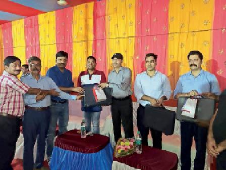 कार्यक्रम में तीनों डीएसपी को सम्मानित करते एसपी व अन्य अिधकारी। - Dainik Bhaskar