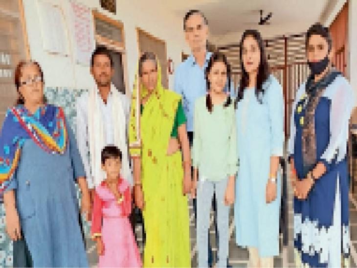महिला कमला काे उसके बेटे केे सुपुर्द करते आश्रम के पदाधिकारी। - Dainik Bhaskar