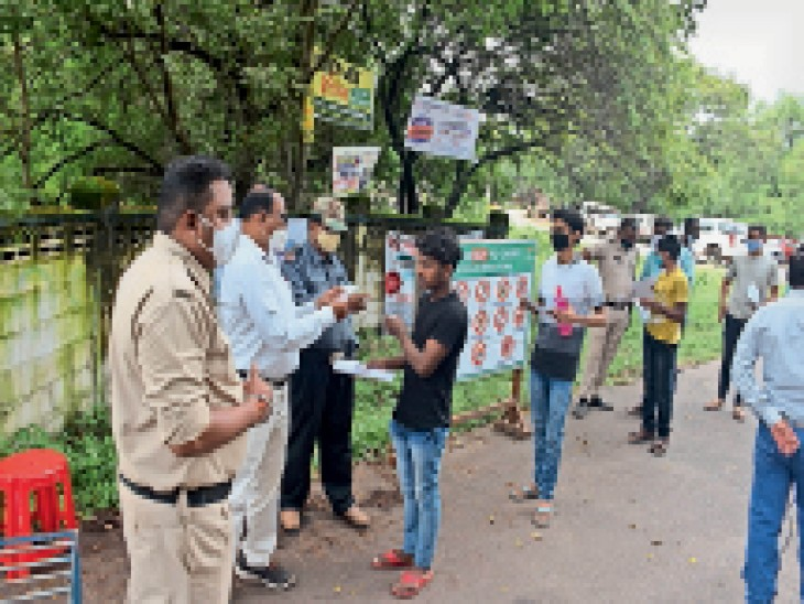 सेक्टर 7 बीएसपी सीनियर सेकंडरी स्कूल में नीट एग्जाम का सेंटर बनाया गया। सेन्टर के अंदर जाने से पहले परीक्षार्थियों की जांच की गई। - Dainik Bhaskar