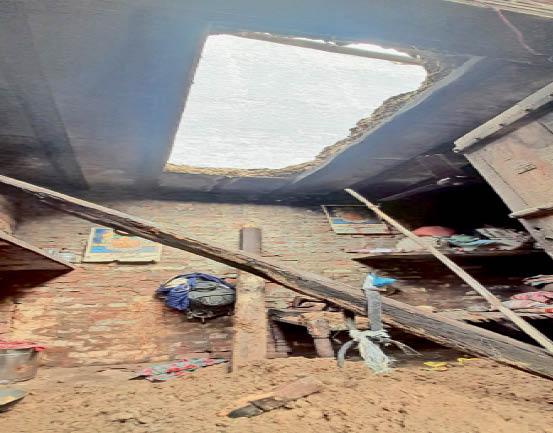 समालखा. गिरी हुई छत व नीचे पड़ा मलबा। - Dainik Bhaskar