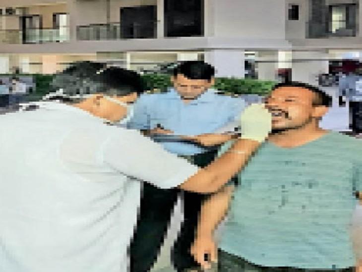 टीम ने संक्रमित डॉक्टर व उनकी पत्नी के निवास स्थान पर जाकर उनके संपर्क में आए लोगों के सैंपल लिए। - Dainik Bhaskar