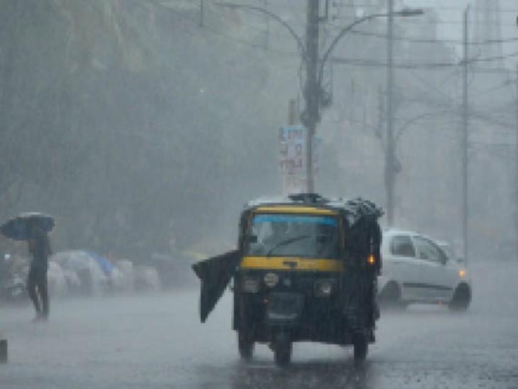 अच्छी बारिश के दौरान सड़क पर वाहन। - Dainik Bhaskar