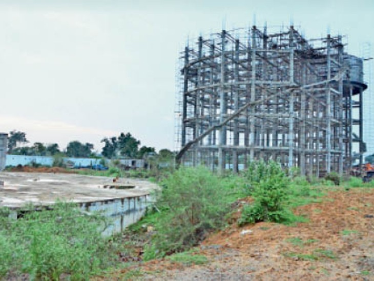 बिरकोना में 46.80 लाख लीटर की क्षमता वाले पानी टंकी का निर्माण जारी। - Dainik Bhaskar