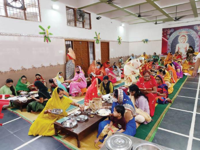 नवापारा. जैन मंदिर में पूजा-अर्चना करते समाज के लोग। - Dainik Bhaskar