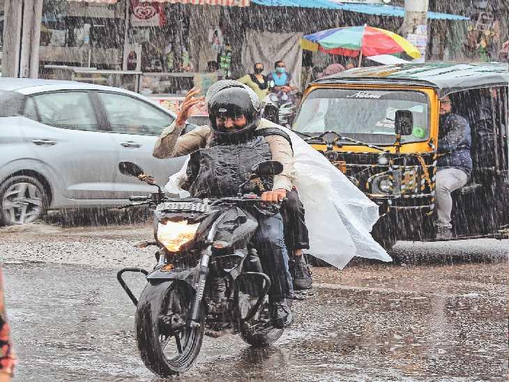 रविवार सुबह 9:30 बजे अचानक बारिश शुरू होने पर भीगते राहगीर। - Dainik Bhaskar