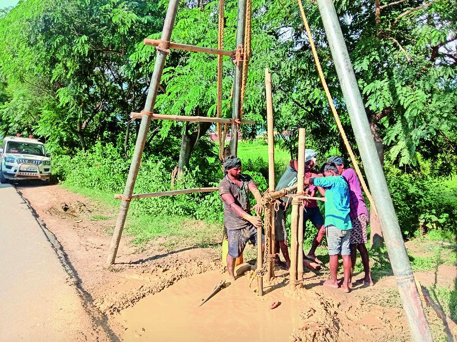 सड़क किनारे पानी के लिए लगाए जा रहे है पाइप। - Dainik Bhaskar