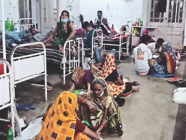 जयारोग्य अस्पताल के मेल मेडिसिन वार्ड नंबर 2 में भर्ती मरीज। - Dainik Bhaskar