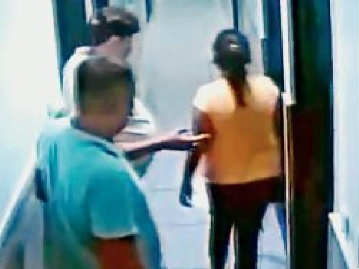 सीसीटीवी में होटल में लाई लड़कियां व होम गार्ड विभाग के अधिकारी। - Dainik Bhaskar