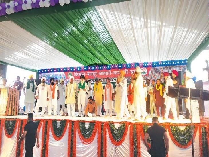 सिरसा  अनाजमंडी में किसान-मजदूर-व्यापारी-कर्मचारी यूनियन के मंच पर पहुंचे मोर्चा के नेता। - Dainik Bhaskar