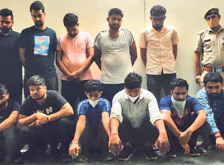 आरोपियों ने मानसरोवर के एक होटल में सर्जरी रूम भी बना रखा था, जिसमें वे नकल के औजार तैयार करते थे।  - Dainik Bhaskar