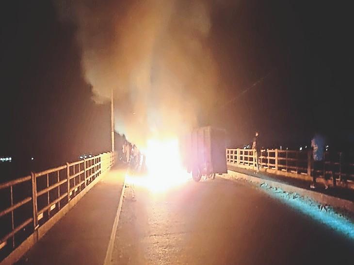 गंगाब्रिज पर जल रहा पिकअप वैन। - Dainik Bhaskar