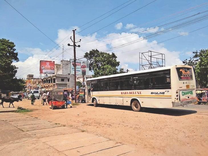 स्टैंड के अभाव में तिलकामांझी-जवारीपुर राेड में खड़ी बस। - Dainik Bhaskar