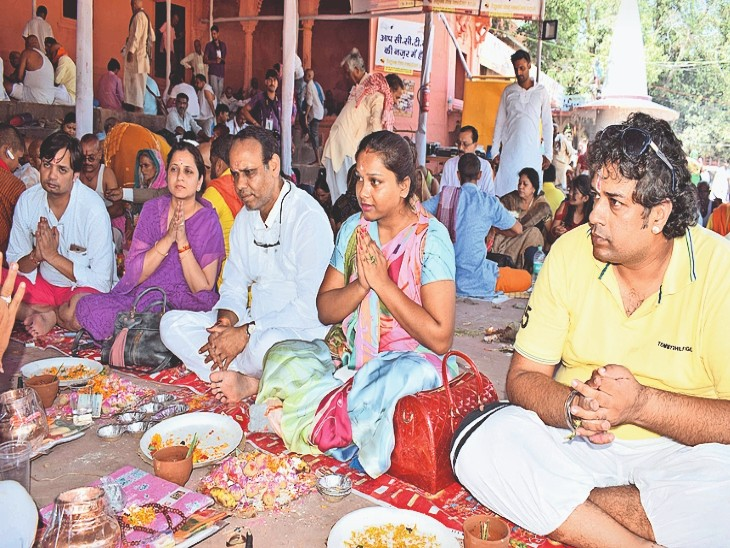 कोरोना से पहले देवघाट पर पिंडदान करते लोग। (फाइल फोटो) - Dainik Bhaskar