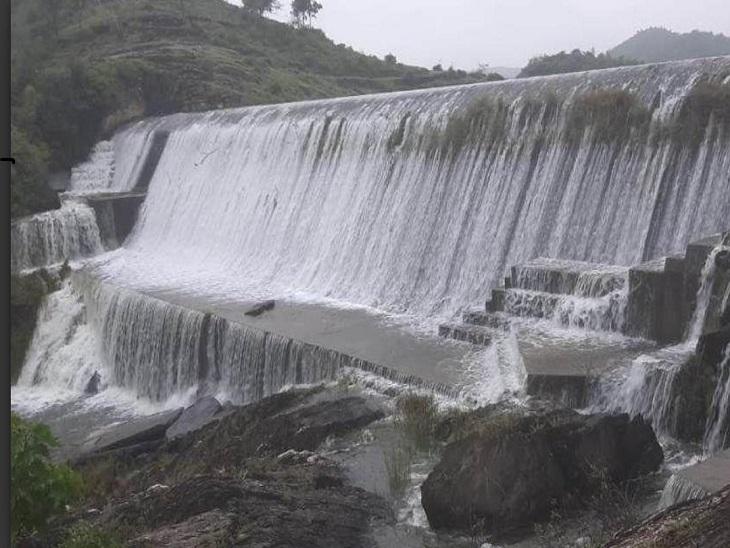 बड़ा मदार तालाब पर चली चादर। - Dainik Bhaskar