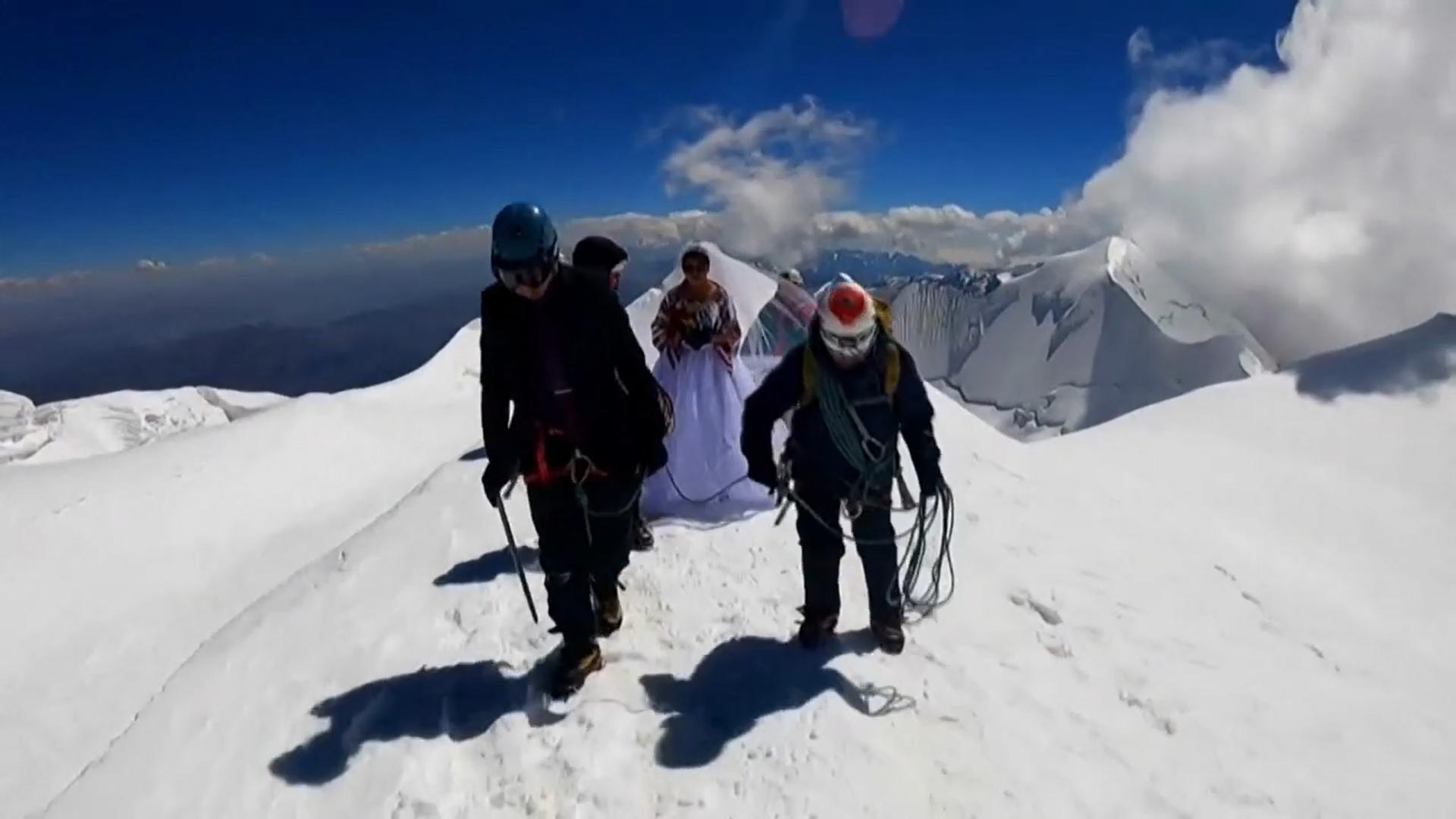 चढ़ाई चढ़ते हुए जॉनी पाचेको और हेदी।
