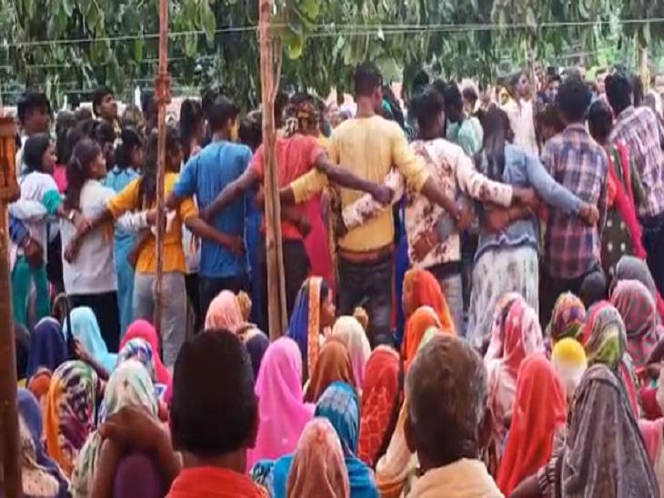 गांव के लोगों ने शादी के दौरान इस तरह से आदिवासी पारंपरिक नृत्य किया।
