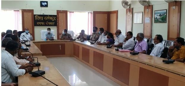 एसपी बोले- निरस्त कर दो ऐसी बैठक, सभी 80 सदस्य भी उठ खड़े हुए, कलेक्टर ने समझा कर वापस बैठाया, अब मंगलवार को फिर से होगी बैठक|बांसवाड़ा,Banswara - Dainik Bhaskar