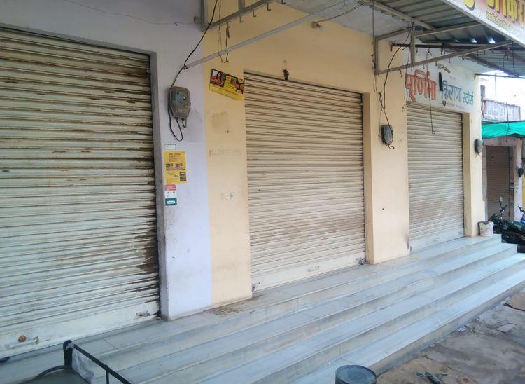 कोसेलाव बाजार में बंद पड़ी दुकानें।