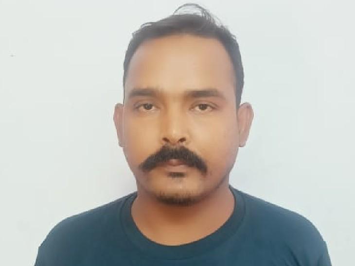 पुलिस हिरासत में महिलाओं से ठगी का आरोपी। - Dainik Bhaskar