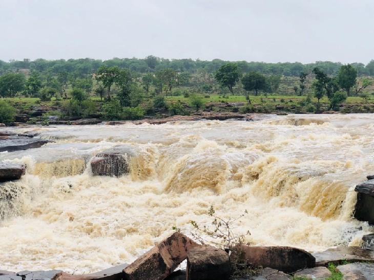 मानसून की बेरुखी से कम हो गया था सभी झरनों में पानी, एक बार फिर अपनी खूबसूरती दिख रहे भीलवाड़ा के झरने|भीलवाड़ा,Bhilwara - Dainik Bhaskar