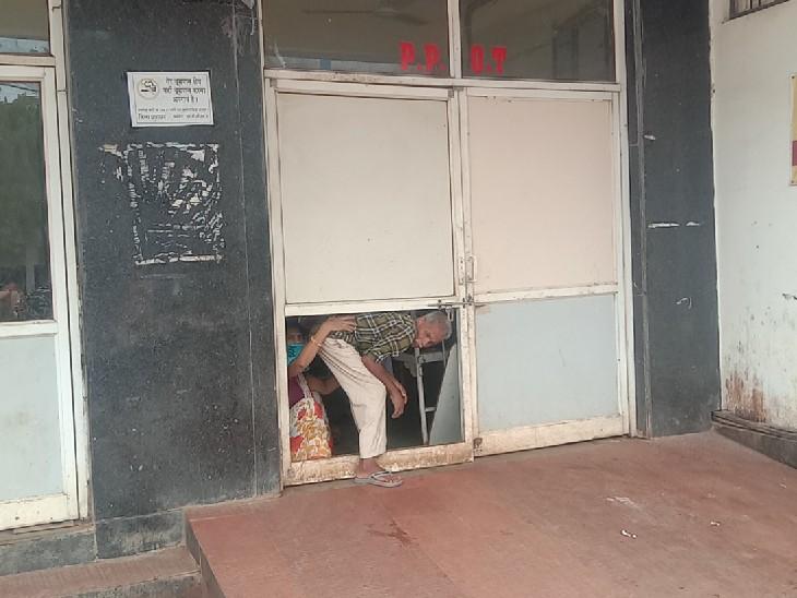 मेडिकल वार्ड का मुख्य गेट बंद, टूटे दरवाजे के दो फुट के छेद में से निकलने को मजबूर मरीज; पूछताछ केंद्र पर 5 महीनों से कोई स्टाफ नहीं बैठा|गुना,Guna - Dainik Bhaskar