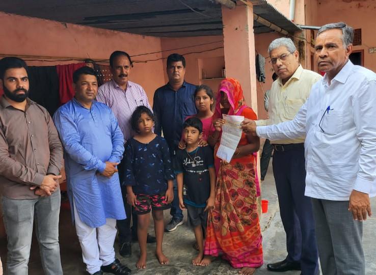समाज बंधू की मौत पर मृतक आश्रितों को साढ़े 4 लाख की सहायता राशि का चेक सौंपा, पदाधिकारियों ने परिजनों को भी दी सांत्वना नागौर,Nagaur - Dainik Bhaskar