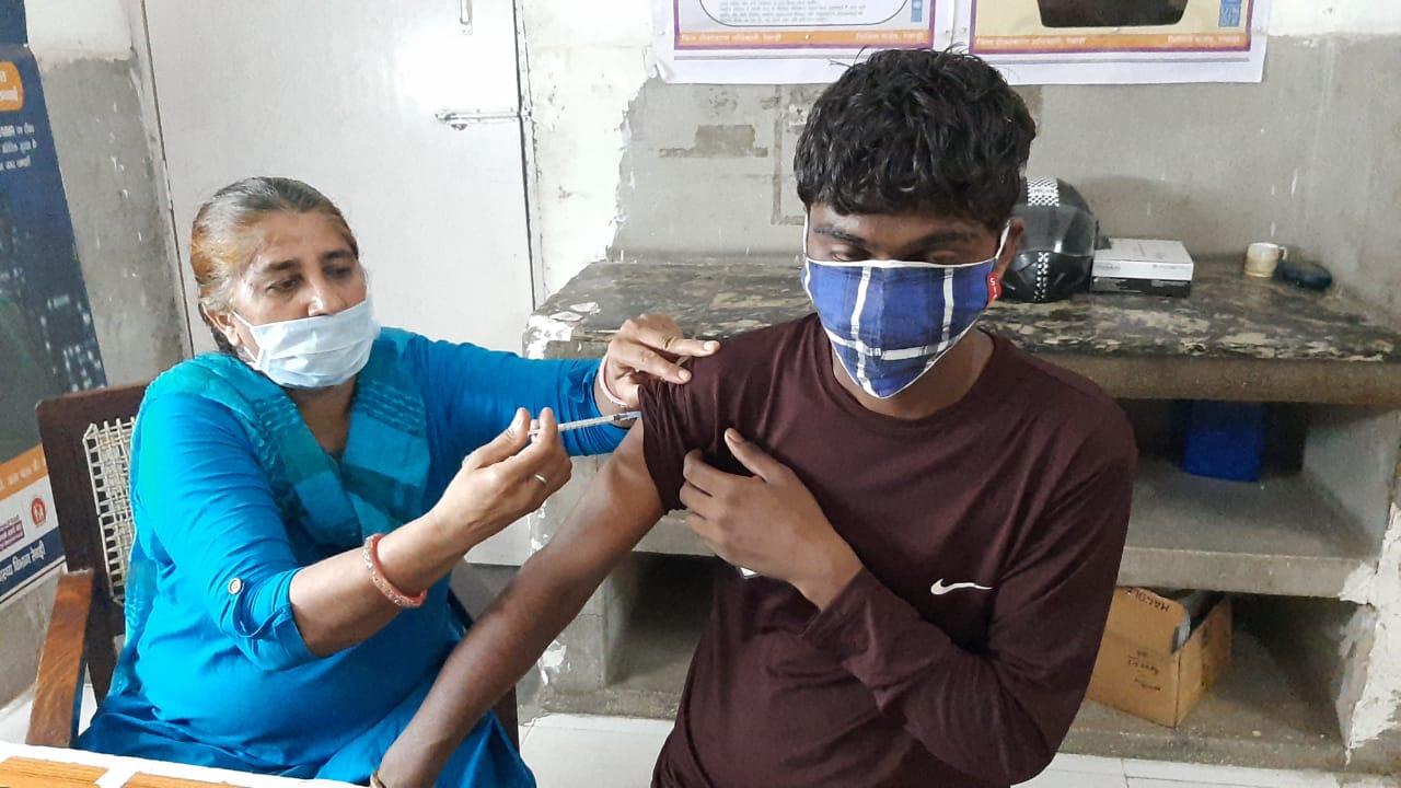 आज 92 सेंटर पर 54 हजार 650 टीकाकरण का लक्ष्य, 75 फीसदी लोगों को लग चुकी पहली डोज, बुजुर्गों का वैक्सीनेशन सबसे अधिक 87 फीसदी हुआ|रेवाड़ी,Rewari - Dainik Bhaskar