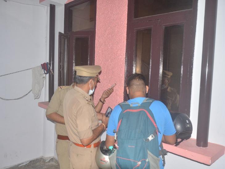 छात्र के फंदे पर लटकने की सूचना पर मौके पर पहुंची पुलिस।