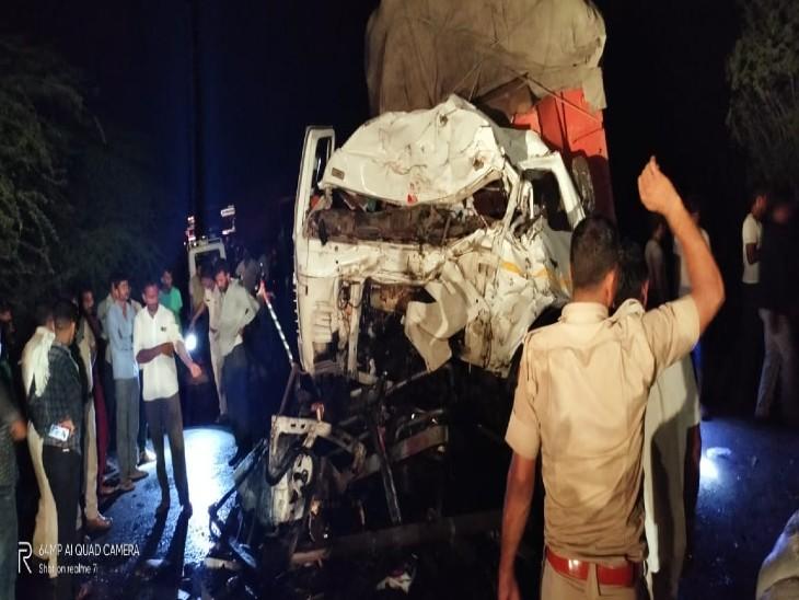 सिणधरी में मेगा हाईवे के पास टकराए दो ट्रेलर, 2 गंभीर घायलों को जोधपुर किया रेफर, सड़क पर 2 घंटे तक लगा रहा जाम|बाड़मेर,Barmer - Dainik Bhaskar