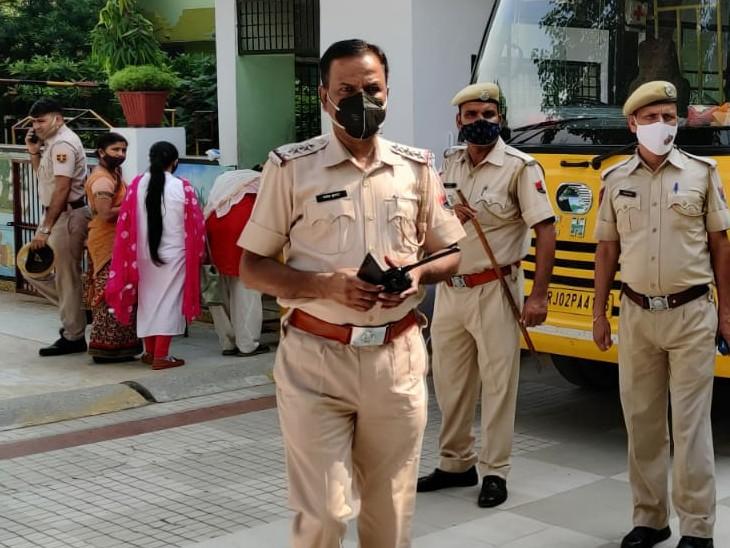 अलवर शहर में परीक्षा केंद्र पर तैनात पुलिस।