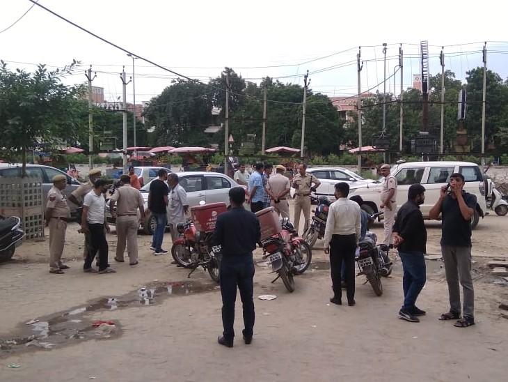 फायरिंग के बाद मौके पर पुलिस।