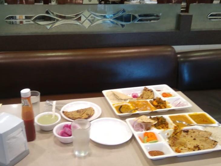 फायरिंग के दौरान खाना बीच में ही छोड़कर भागे ग्राहक।
