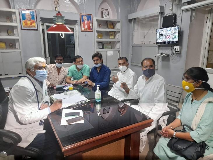 पानी की टंकी में गंदगी मिलने और छिपकली निकलने से गुस्साए कांग्रेसियों ने की जिला अस्पताल का नाम बदलकर जीव जंतु औषधालय करने की मांग|झांसी,Jhansi - Dainik Bhaskar