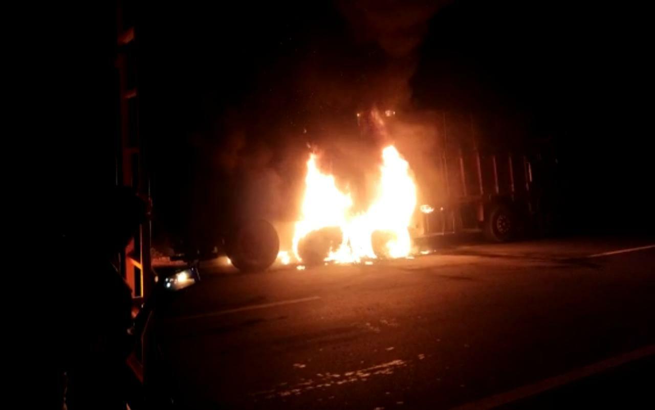 ट्रक के पिछले हिस्से में लगी आग।