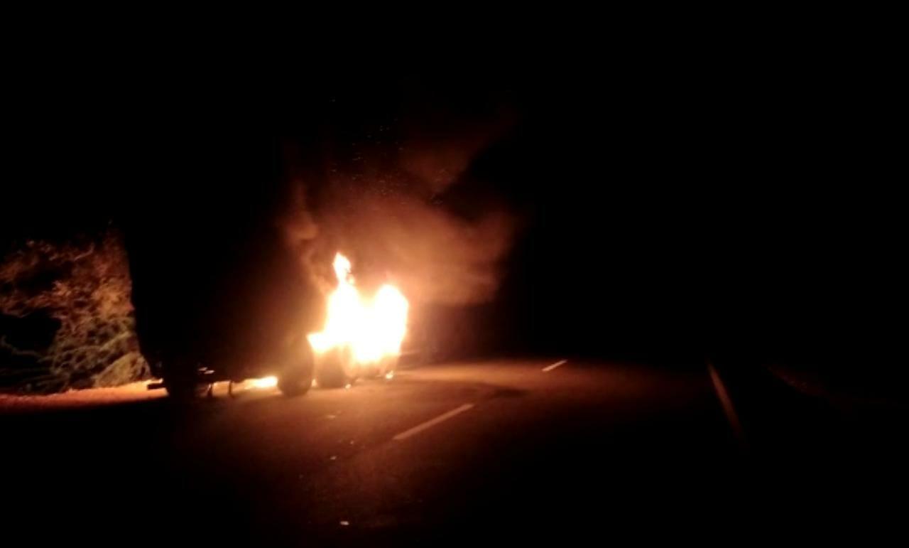 ट्रक के पिछले टायर में लगी थी आग, फायर ब्रिगेड ने पुलिस के गश्ती दल के साथ आग पर पाया काबू, बड़ा हादसा टला|जैसलमेर,Jaisalmer - Dainik Bhaskar