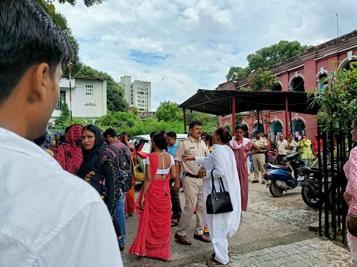बिहार की किन्नरों के साथ करती हैं मारपीट, दोनों राज्यों के गुटों ने पटना के कोतवाली थाना में लगाया जमघट पटना,Patna - Dainik Bhaskar