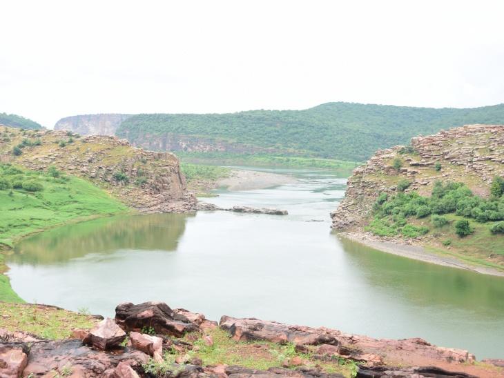 मुकंदरा की पहाड़ियों से गुजरती काली सिंध नदी।