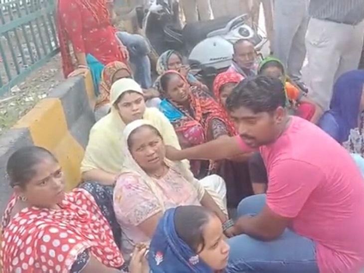 अस्पताल के बाहर धरना देते परिजन। - Dainik Bhaskar
