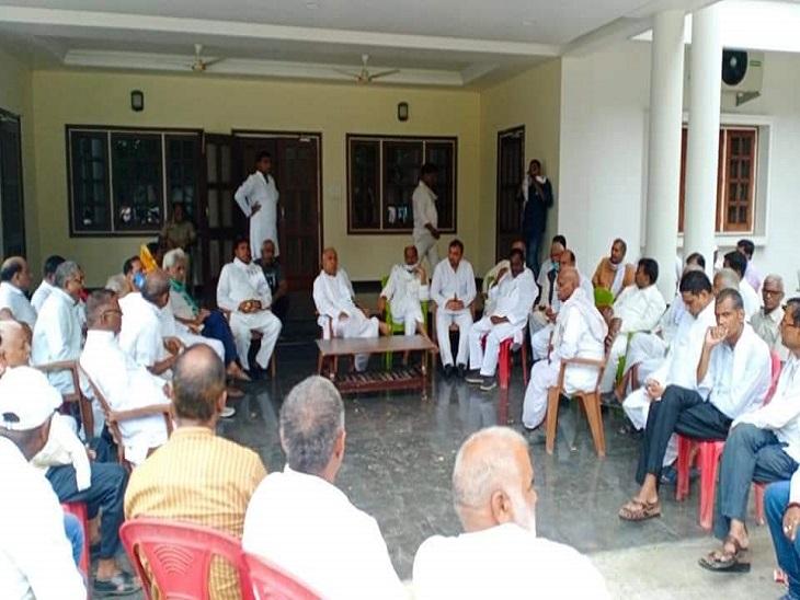 पूर्व मंत्री बलराम यादव की पुत्रवधू के निधन के बाद श्रद्धांजलि देने पहुंचे विभिन्न के नेता।