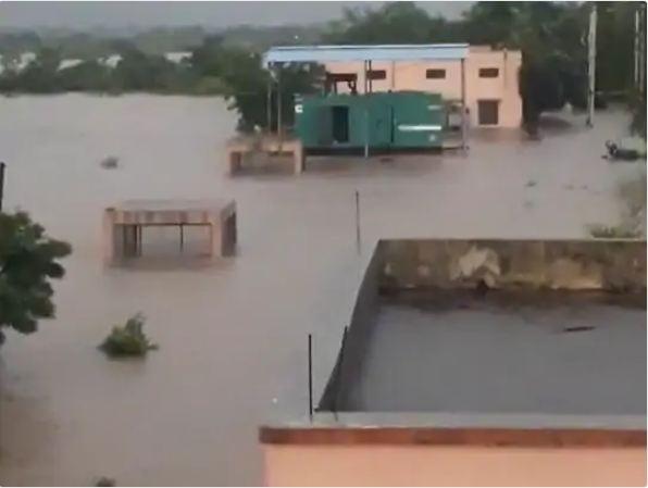 जामनगर के 58 गांवों की सड़कें भी प्रभावित हुई हैं।
