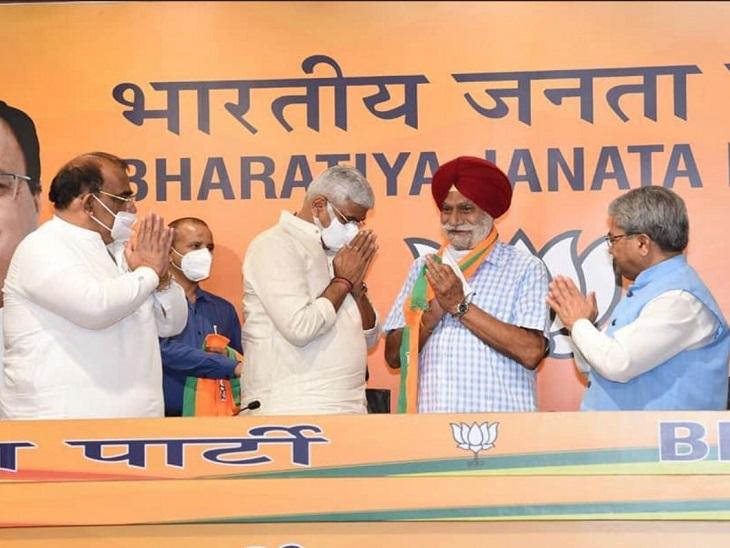 दिल्ली में केंद्रीय मंत्री गजेंद्र शेखावत ने एचएस काहलों का पार्टी में स्वागत किया था।