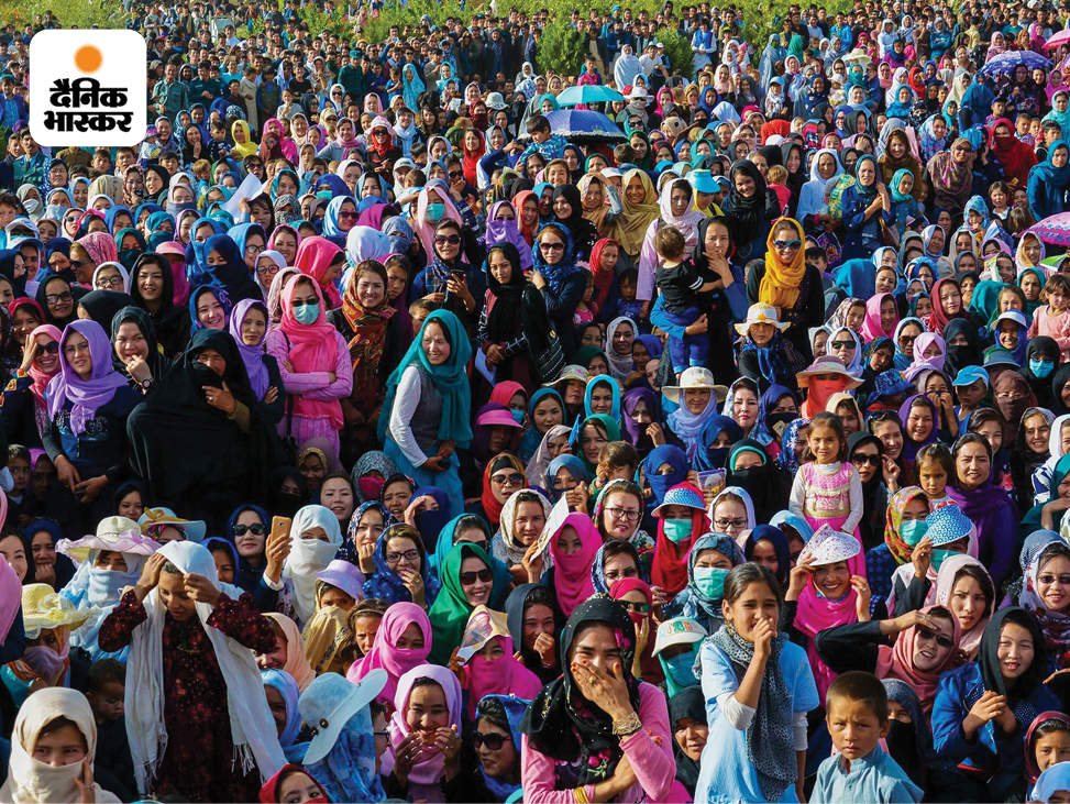 एक यूजर ने यह तस्वीर पोस्ट करते हुए लिखा- ये अफगानिस्तान के बामियान की ग्रामीण महिलाएं हैं। हमारी महिलाएं रंगों से भरी हुई और जिंदादिल हैं। नकाब में तालिबानी महिलाएं हैं।