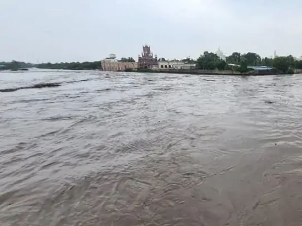 IMD ने बुधवार और गुरुवार को 30-40 किमी प्रति घंटे की रफ्तार से हवाएं चलने और बारिश की चेतावनी दी है।
