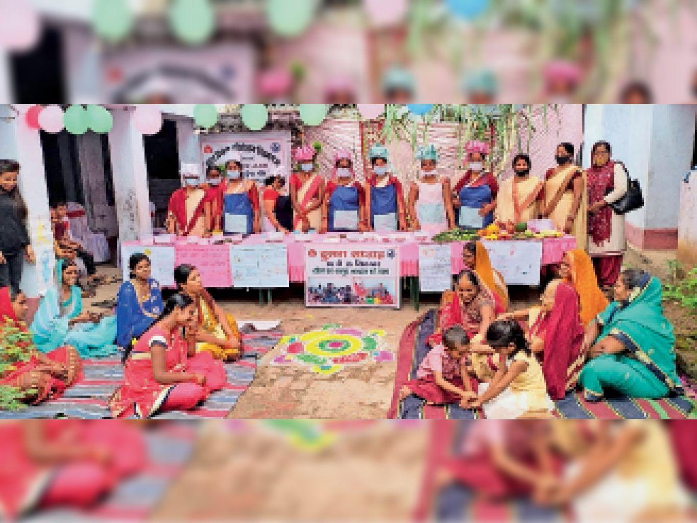 कार्यक्रम में हिस्सा लेती सेविका सहायिका व अन्य महिलाएं। - Dainik Bhaskar