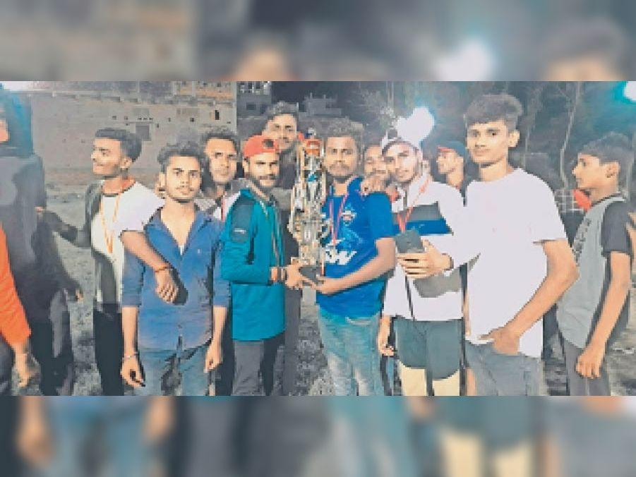 ट्रॉफी लिये विजेता टकनपुरा की टीम के खिलाड़ी। - Dainik Bhaskar
