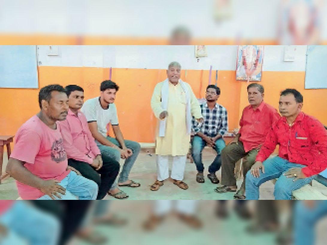 सूर्यपुरा में हिंदी पर परिचर्चा में शामिल लोग। - Dainik Bhaskar