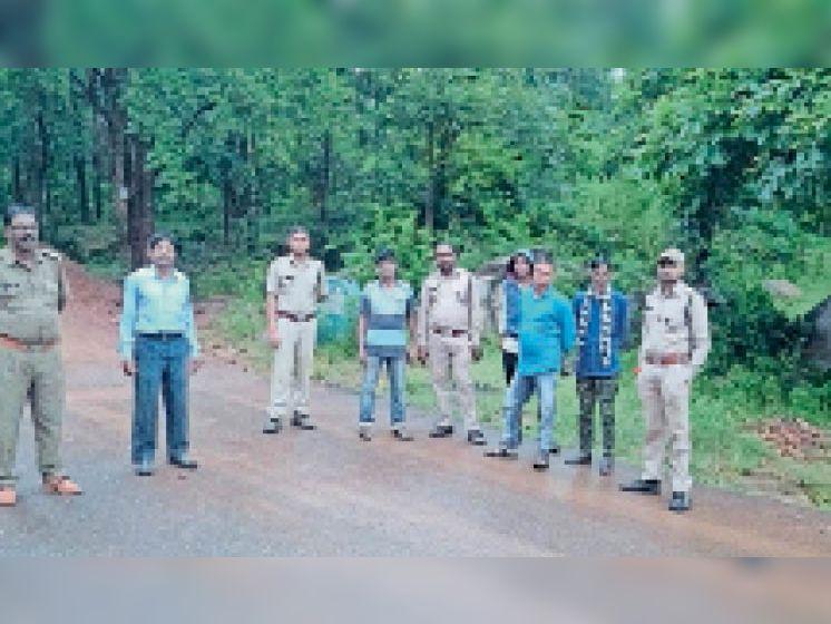 बालोद. अड़जाल में निगरानी करती हुई वन विभाग की टीम। - Dainik Bhaskar