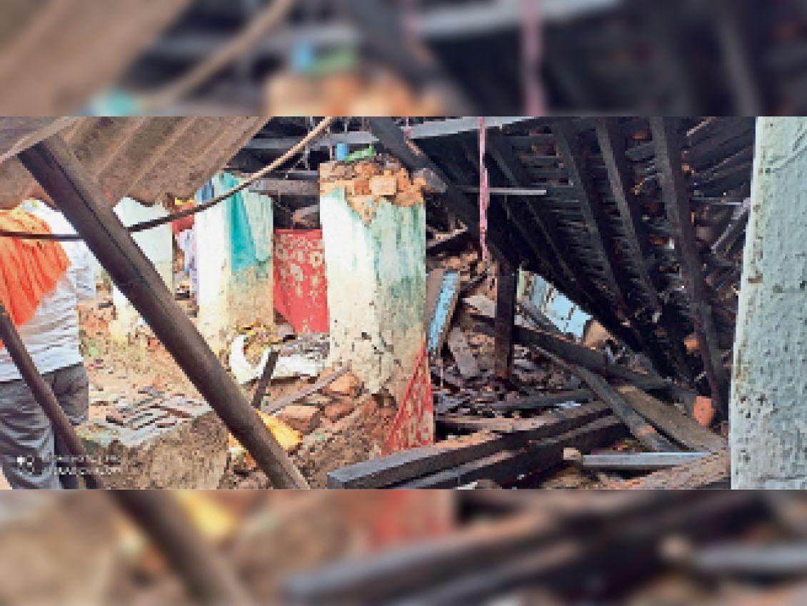 गुंडरदेही. ग्राम खर्रा में धराशायी मन्नूलाल यादव का मकान। - Dainik Bhaskar