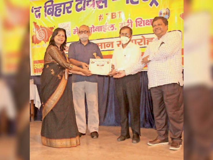 पटना में सम्मानित होती शिक्षिका मेरी। - Dainik Bhaskar